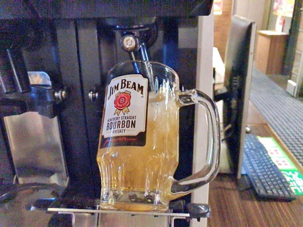 Pengunjung di Internet Cafe Ini Bisa Minum Bir Sepuasnya