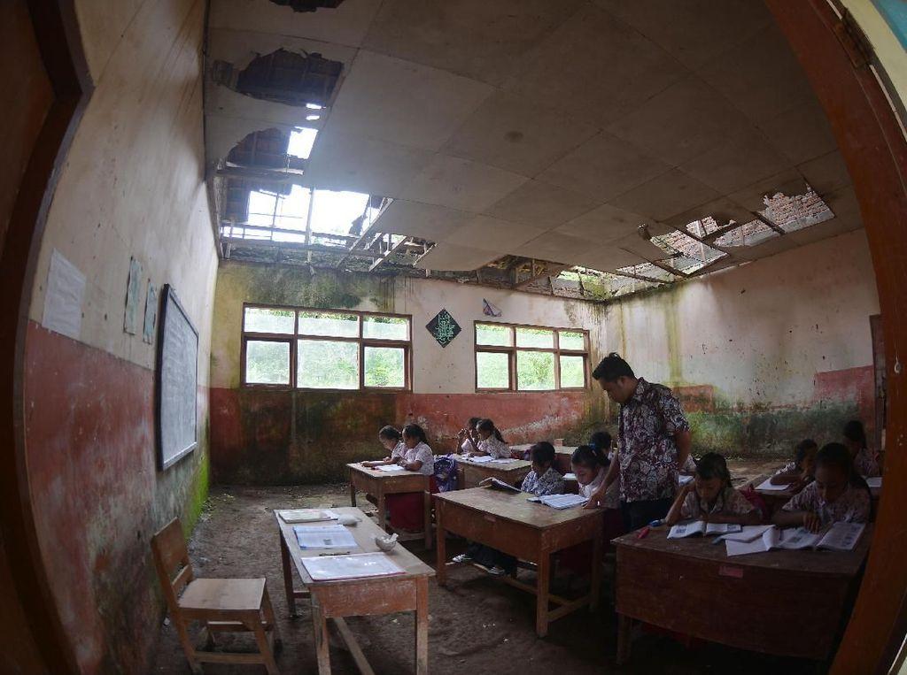 Semangat Siswa Sekolah di Jember Belajar di Kelas yang Rusak