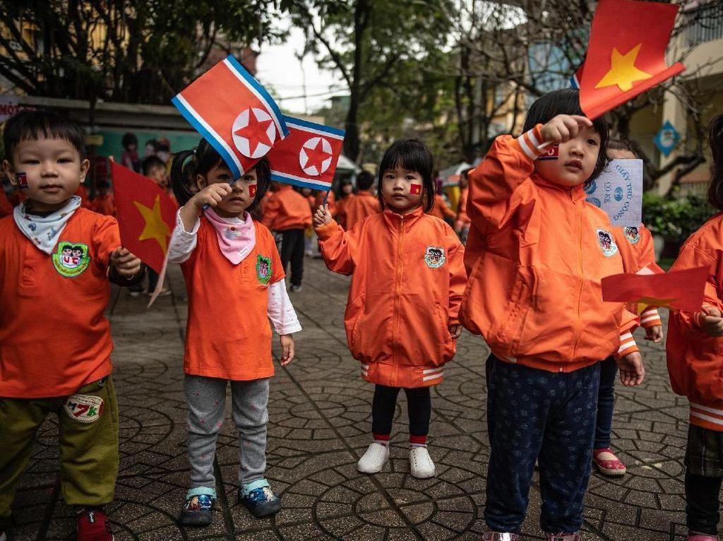 Cerianya Anak-anak TK di Vietnam Sambut Kedatangan Kim Jong Un