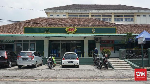 Demi syuting film 'Dilan,' barbershop dan mesin ATM di dekat 'Minimarket Trina' ditutup.