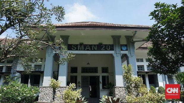 SMAN 20 Bandung dipilih sebagai lokasi syuting sekolah Dilan dan Milea.
