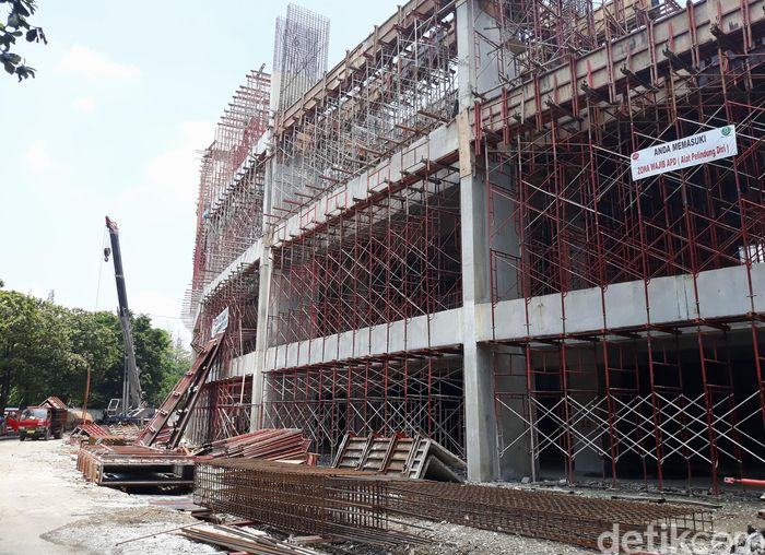 Renovasi dimulai dengan pengerjaan struktur bangunan stadion. Yakni, melliputi penguatan bangunan lama, penambahan kolom baru, dan pengerjaan lantai VIP.