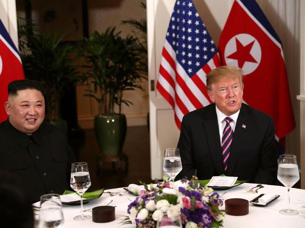 Foto: Makan Malam Akrab Donald Trump Bareng Kim Jong-Un