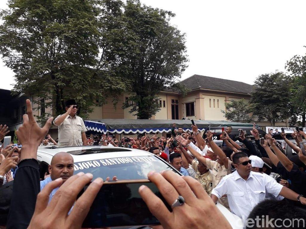 Tiba di Deklarasi Purnawirawan TNI/Polri, Prabowo Hormat dari Atas Mobil