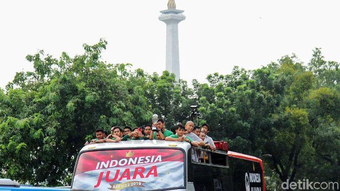 Timnas Indonesia U-22 diarak keliling Jakarta sebelum menuju Istana Presiden. (Foto: Rifkianto Nugroho)