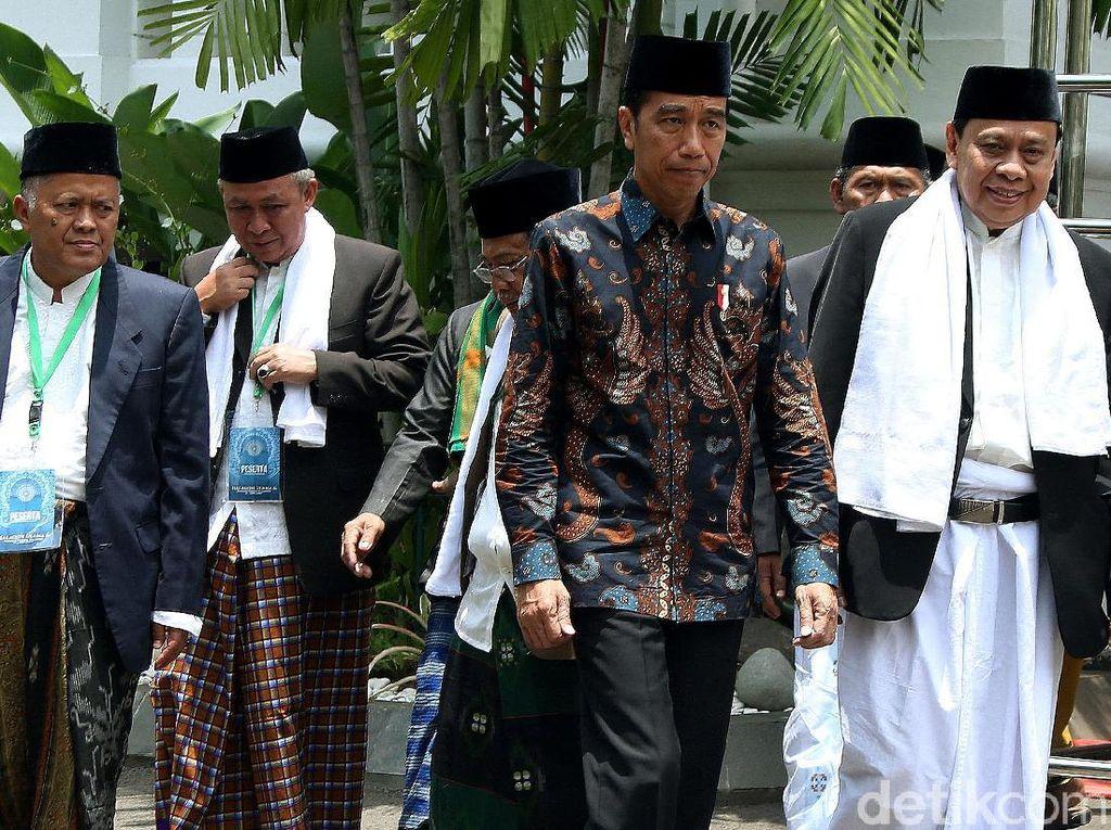 Gaya Jokowi Saat Temui Ulama se-Jawa Barat di Istana Negara