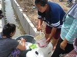 PDAM Mampet, Emak-emak di Surabaya Cuci Baju Pakai Air Selokan