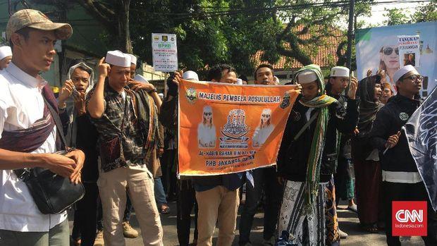Massa dari Front Pembela Islam (FPI) menggelar aksi dukungan terhadap Bahar Smith.
