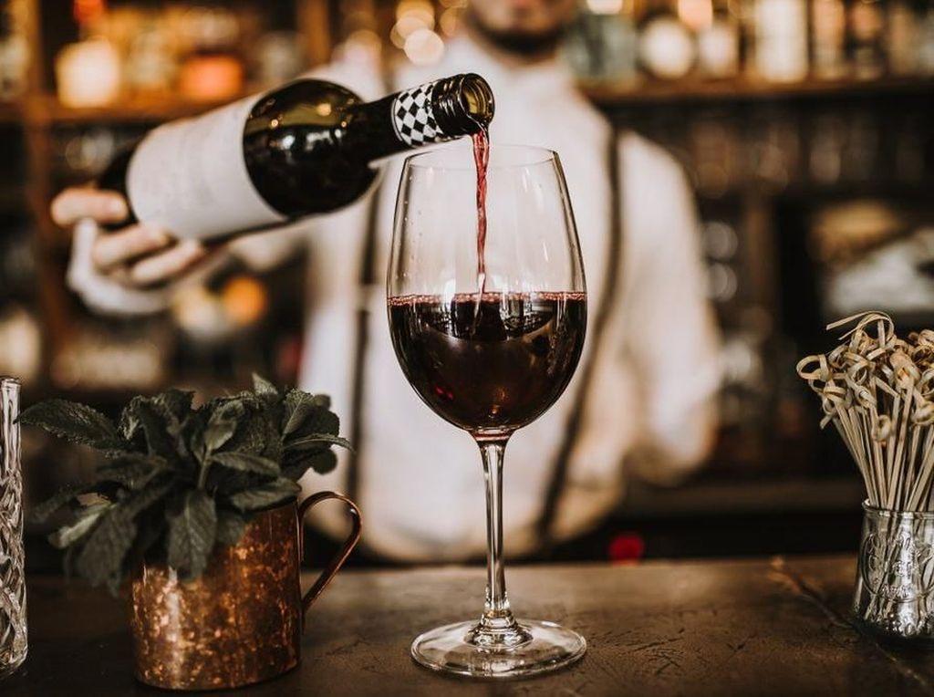 Bawa Wine ke Restoran, Pria Ini Dikenakan Biaya Buka Botol Rp 80 Juta!
