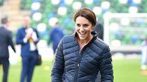 Foto: Aksi Kate Middleton Main Bola di Lapangan Hijau, Tetap Memesona