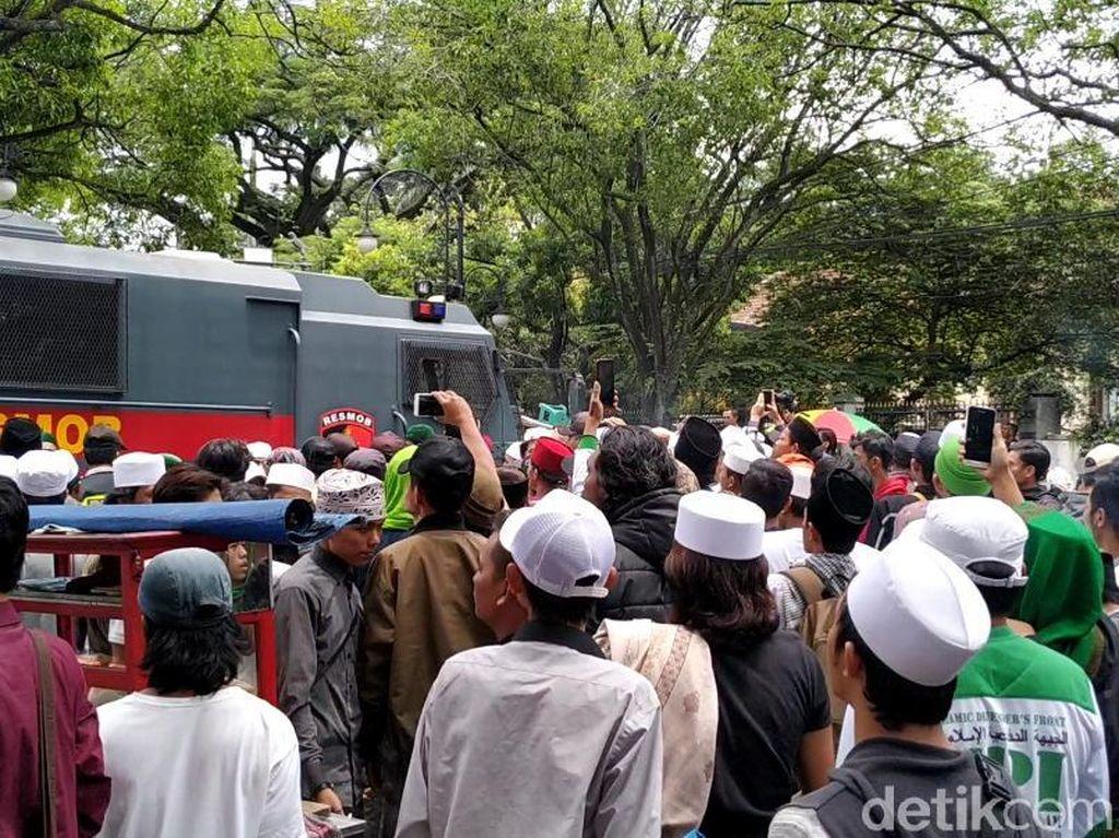 Pekik Takbir Sambut Kepergian Habib Bahar dari PN Bandung