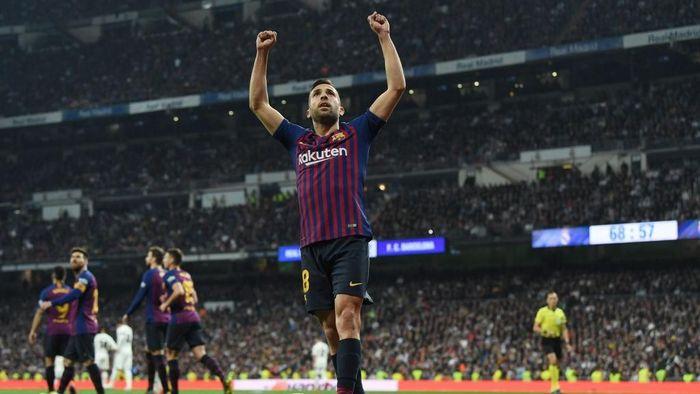 Jordi Alba menyepakati kontrak baru dengan Barcelona. (Foto: David Ramos/Getty Images)