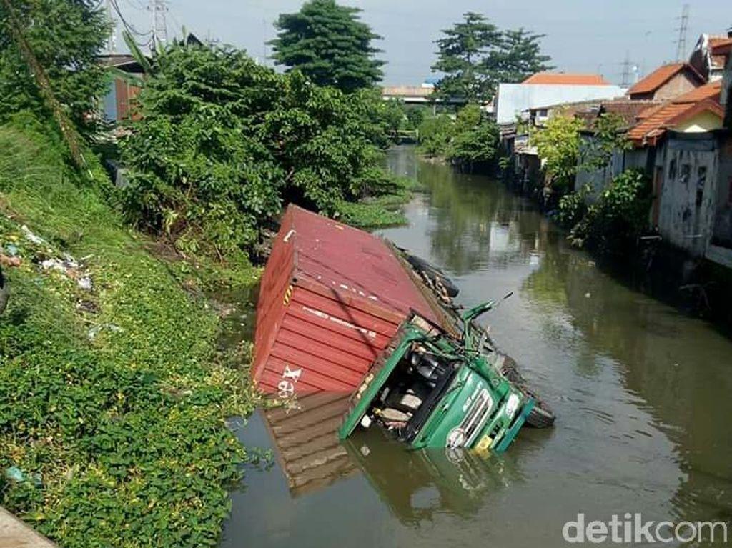 Sopir Ngantuk, Truk Trailer Muat Triplek Tercebur Sungai di Sidoarjo