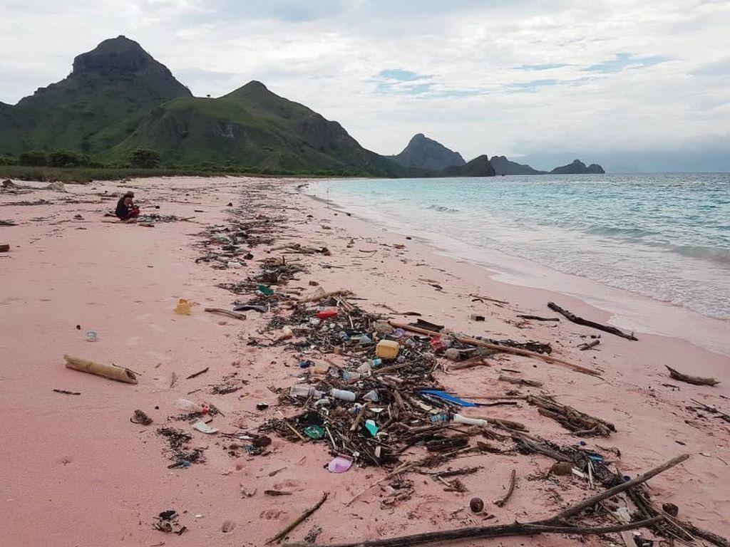 Saat Pantai Pink di Pulau Padar Tertutup Sampah