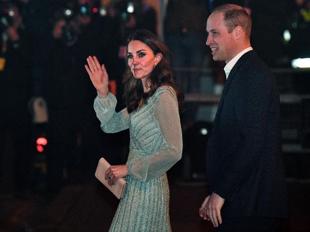 Kate Middleton Berkilauan Pakai Gaun Rp 35 Juta Saat Suguhkan Bir