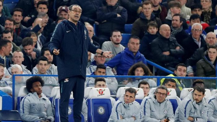 Kepa Arrizabalaga berada di bangku cadangan saat Chelsea menghadapi Tottenham Hotspur (Reuters/Paul Childs)