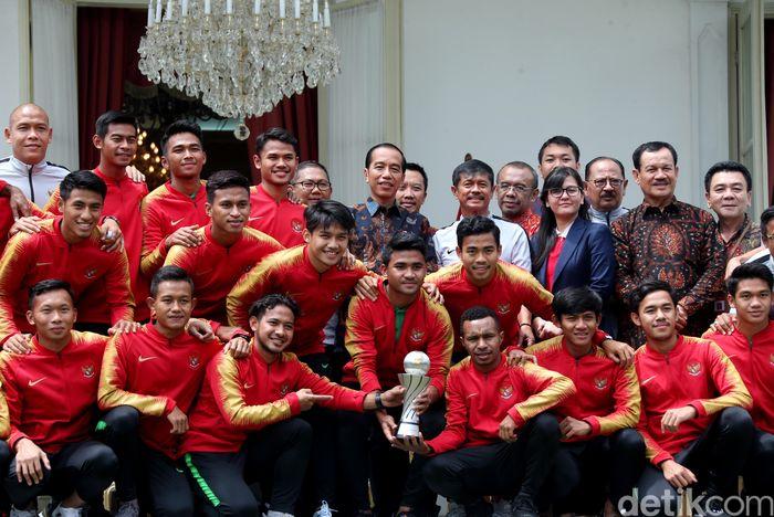 Skuat Garuda Muda bertemu dengan Presiden Jokowi di Istana Negara, Jakarta, Kamis (28/2/2019). Dalam pertemuan itu para pemain Timnas U-22 didampingi pelatih Indra Sjafri, Sekjen PSSI Ratu Tisha Destria, dan Menteri Pemuda dan Olahraga Imam Nahrawi.