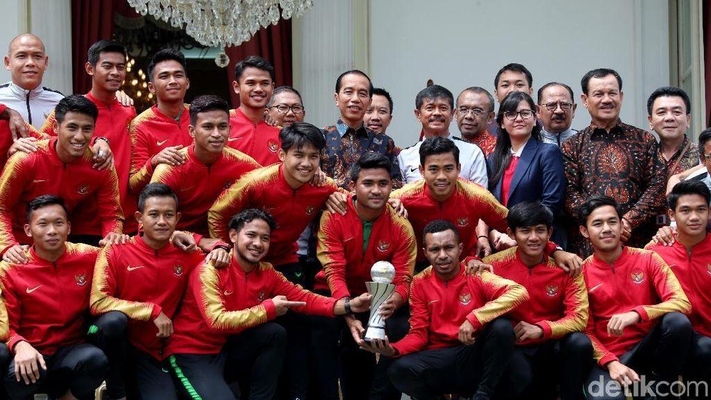 Momen Hangat Jokowi Bertemu Skuat Garuda Muda di Istana