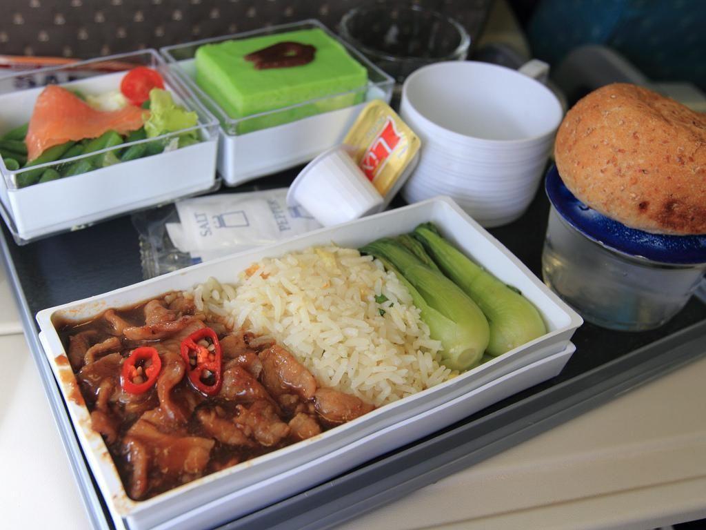Hii..! Pria Ini Temukan Potongan Gigi Dalam Makanannya  di Pesawat