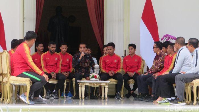 Presiden Jokowi menyambut skuat Timnas U-22 yang baru keluar menjadi juara Piala AFF di Kamboja. (Foto: Noval Dhwinuari Antony/detikcom)