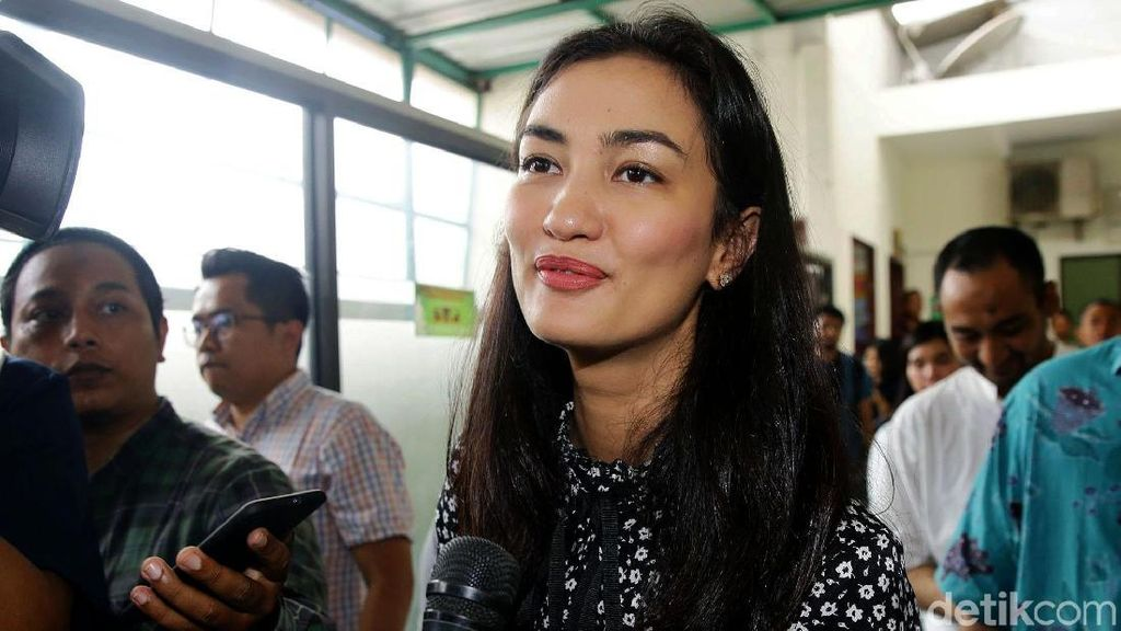 Senyum Atiqah Hasiholan Saat Dampingi Ratna Sarumpaet Disidang