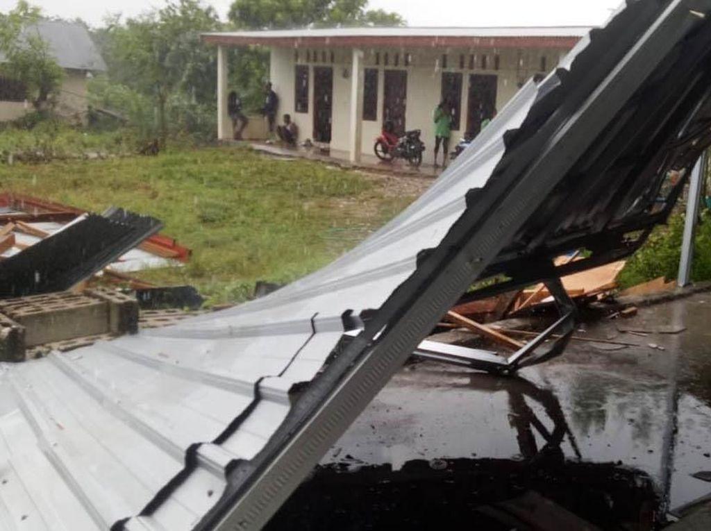 Belasan Rumah di Kupang Hancur Diterjang Puting Beliung