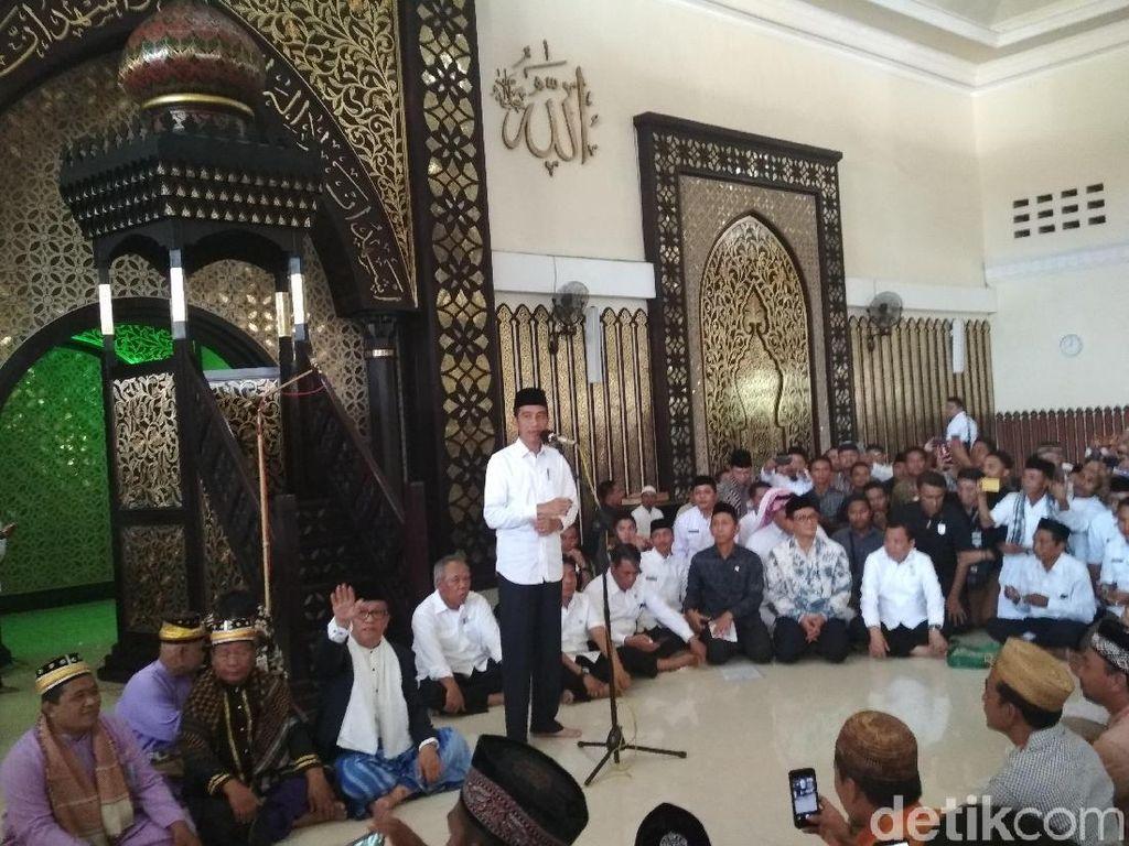 Jokowi Bagi-bagi Sertifikat Tanah Wakaf di Gorontalo
