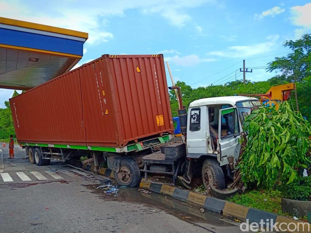 Truk Trailer Tabrak Empat Mobil yang Sedang Antre di Pintu Tol Waru
