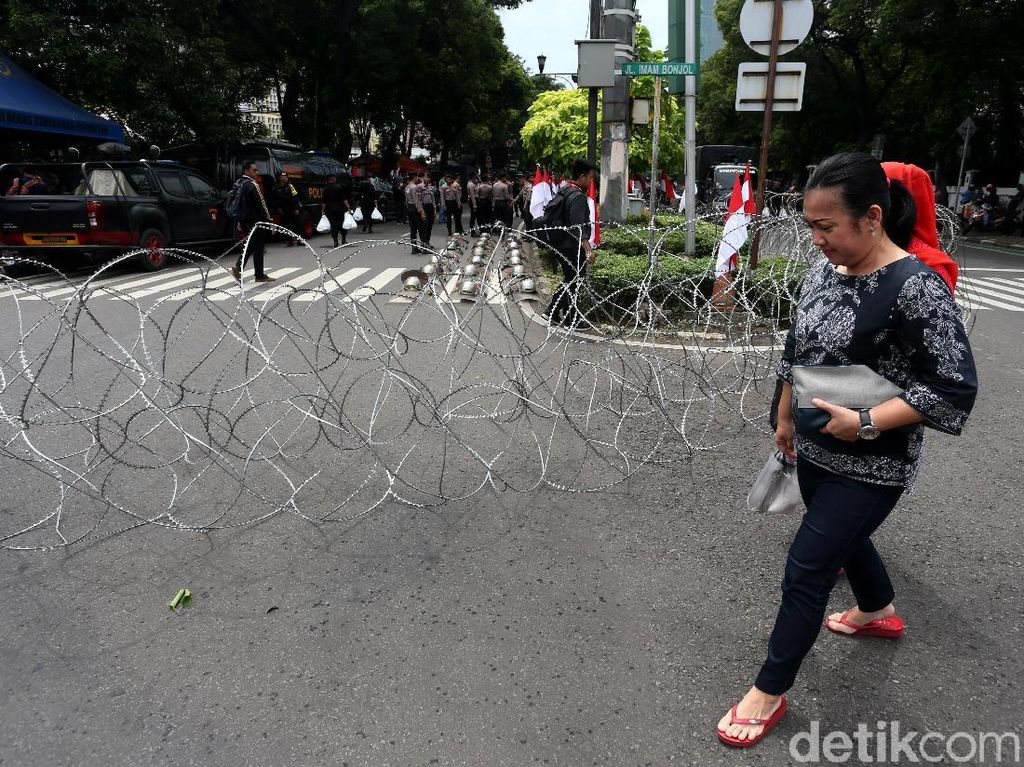 Potret Pengamanan Polisi Jelang Aksi di Depan KPU