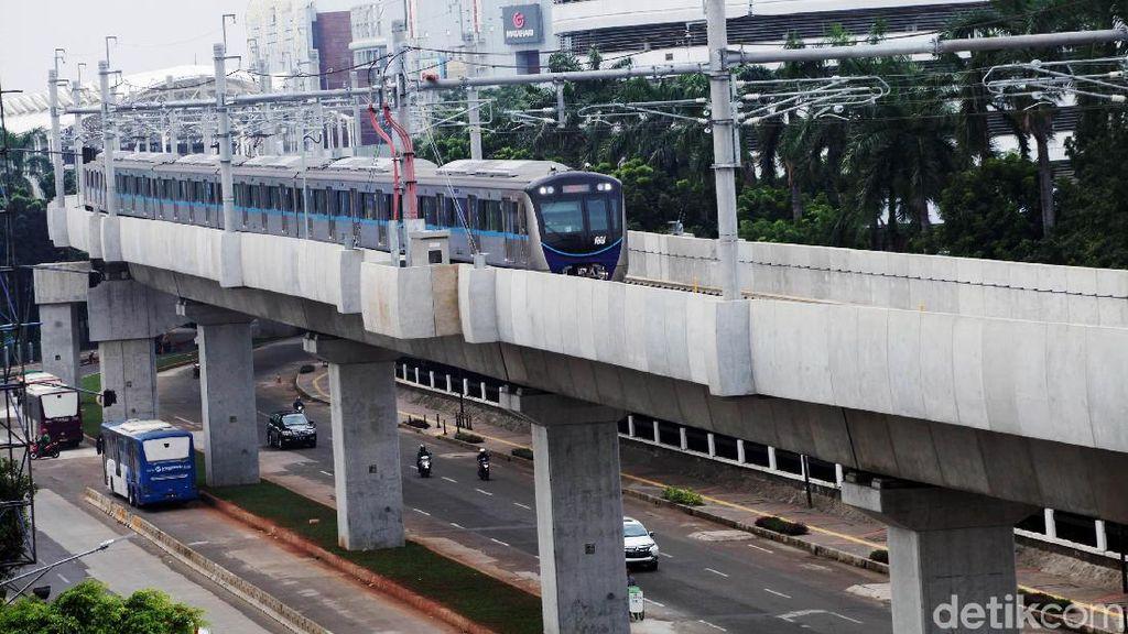 Gaya Menteri Jokowi Ramai-ramai Jajal MRT Jakarta