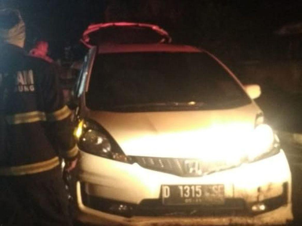 Petugas Angkat 2 Mobil Nyemplung Sungai di Bandung