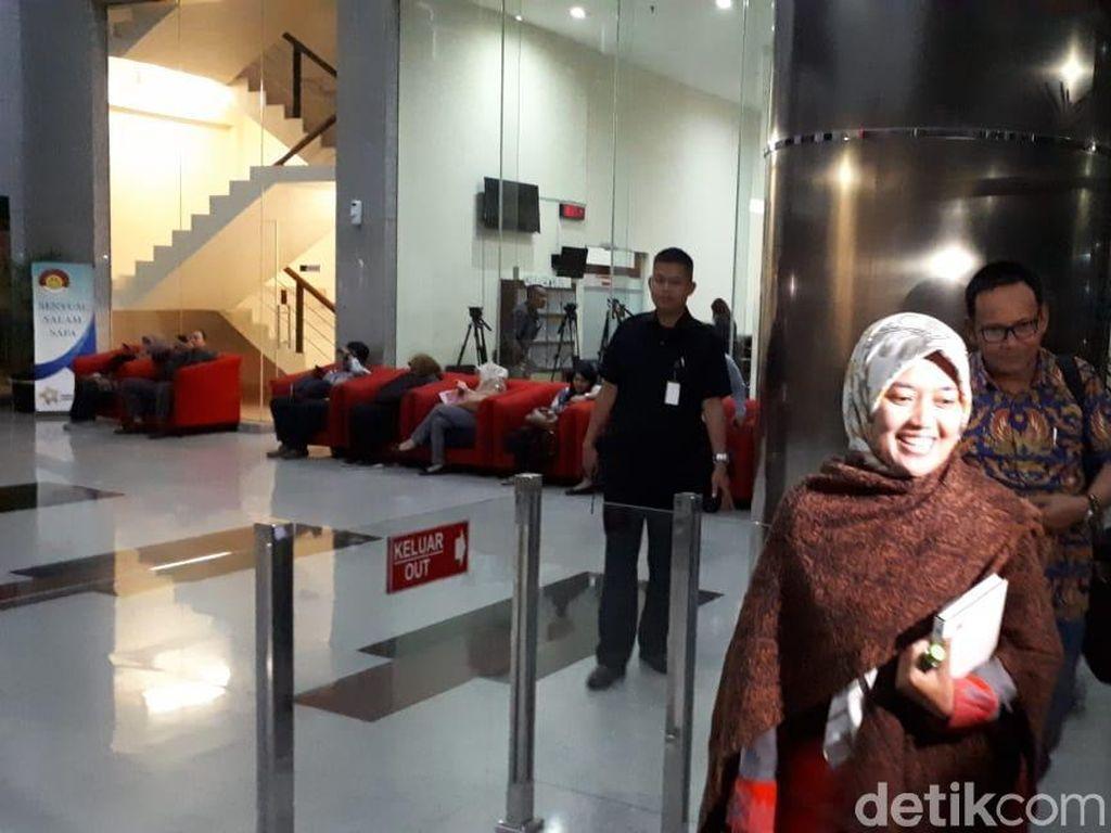 Bupati Lampung Timur Umbar Senyum Usai Diperiksa KPK