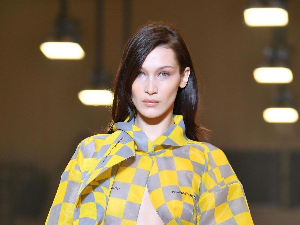 Totalitas, Bella Hadid Memesona di Paris Fashion Week Meski Demam Tinggi