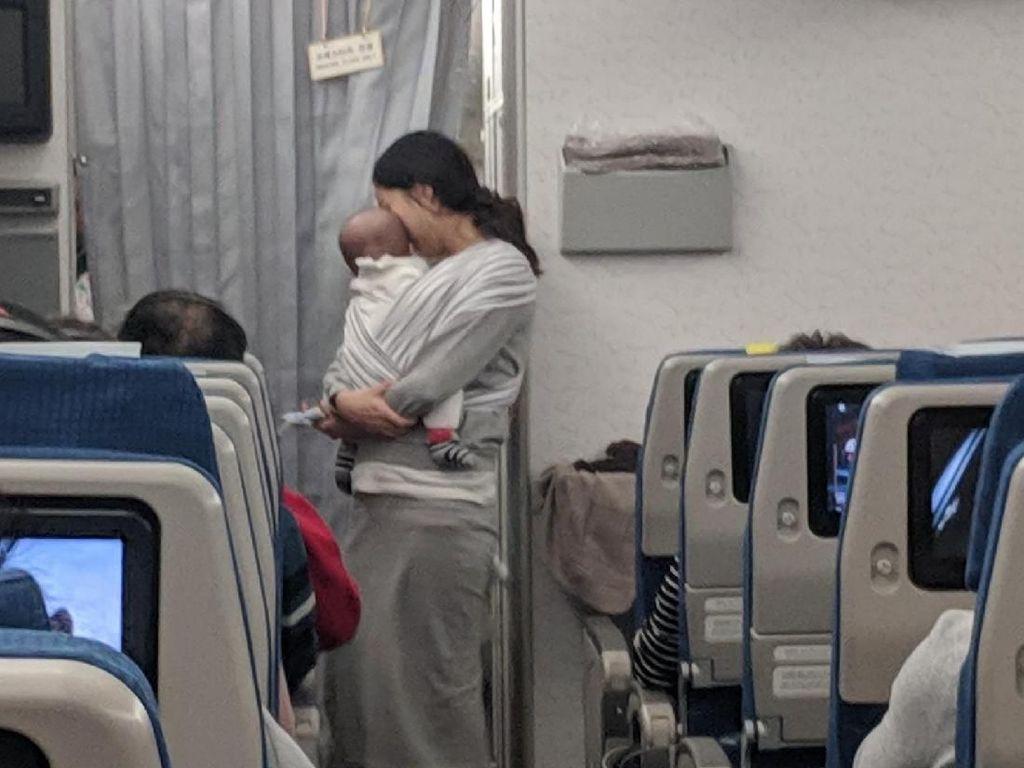 Aksi Unik Ibu Muda di Pesawat yang Dipuji Semua Penumpang