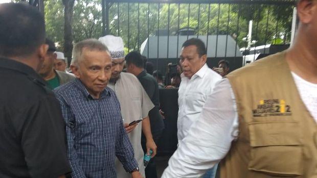 Amien Rais diminta mencopot petnya sebelum masuk kantor KPU.