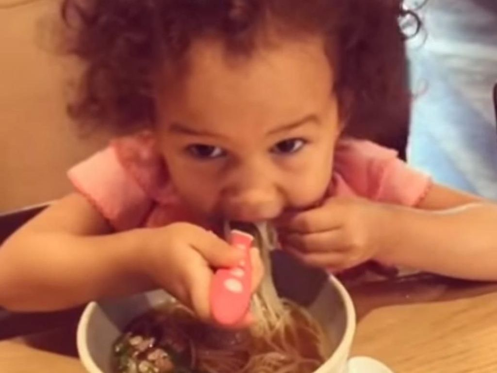 Chrissy Teigen Bangga Saat Anaknya Cicip Boat Noodles Thailand