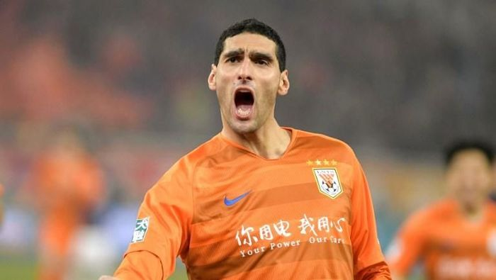 Marouane Fellaini of Shandong Luneng celebrates after scored during the Chinese Super League (CSL) football match between Shandong Luneng and Beijing Renhe in Jinan in Chinas eastern Shandong province on March 1, 2019. - Marouane Fellaini needed just 50 minutes to make his mark in Chinese football, scoring the winner on his debut for Shandong Luneng on March 1 following his move from Manchester United. (Photo by STR / AFP) / China OUT