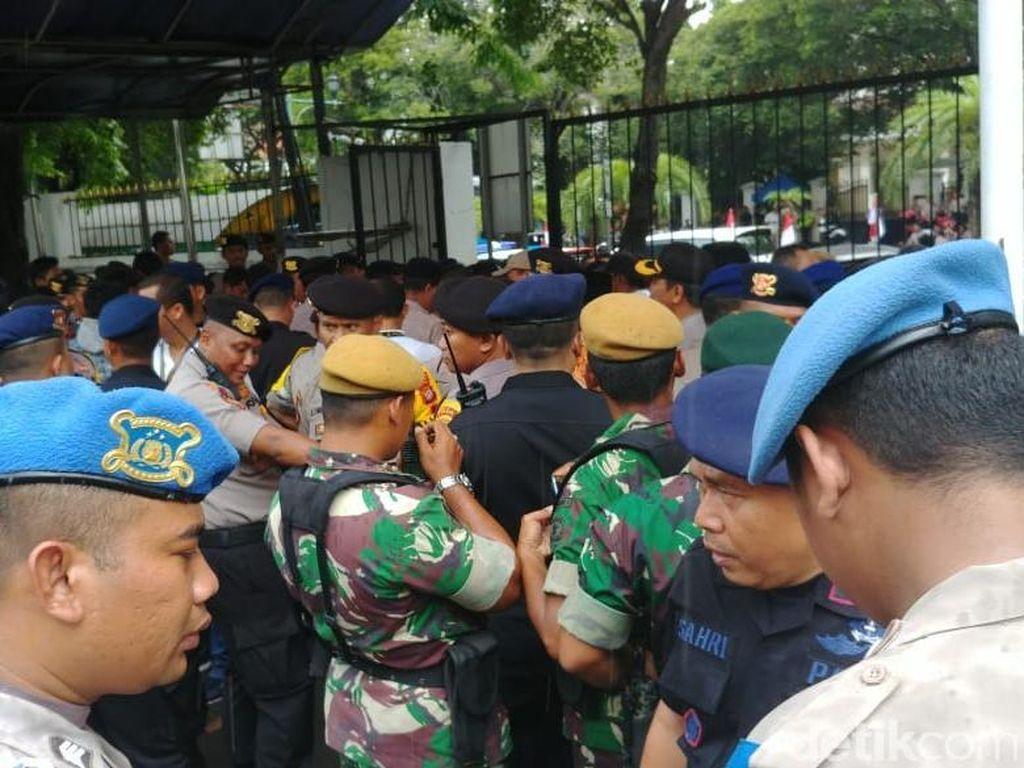 Ada Apel Siaga Umat PA 212, Polri-TNI Berjaga di Depan Gedung KPU