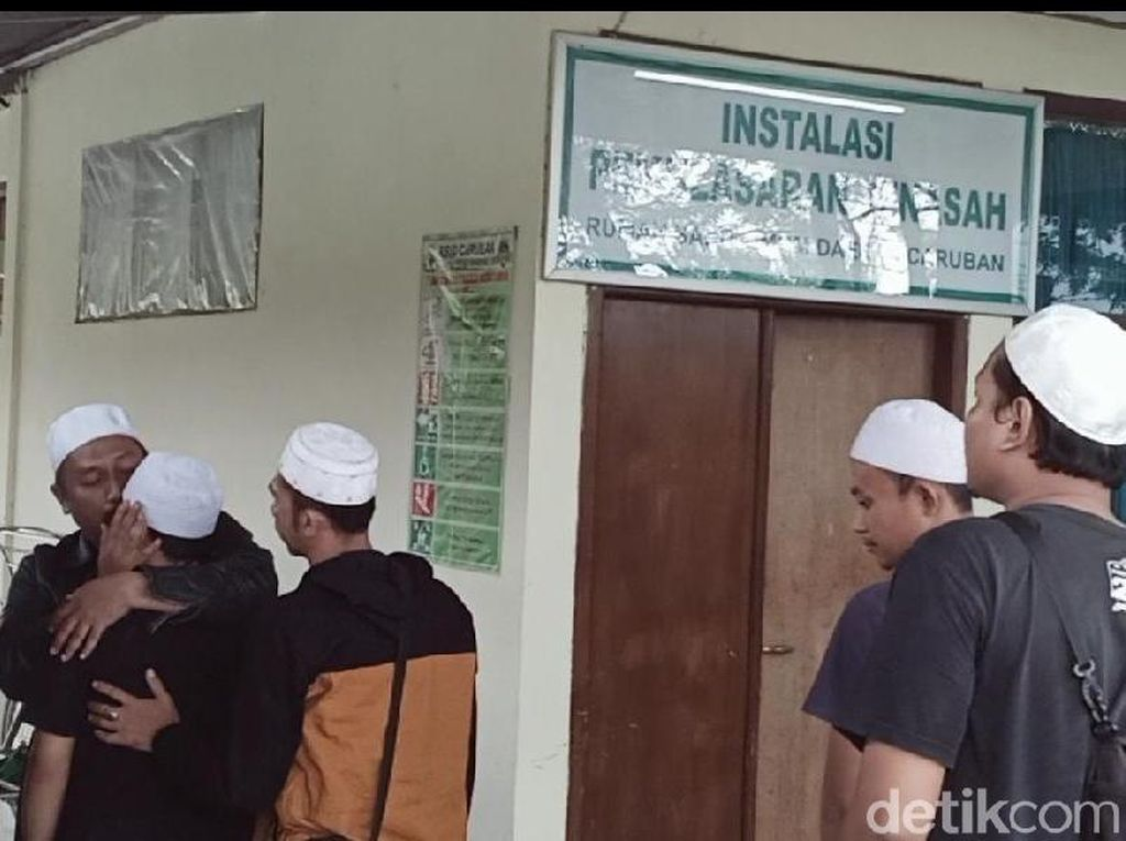 Isak Tangis Warnai Pengambilan 3 Jenazah Korban Kecelakaan Tol Madiun