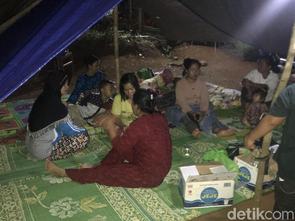 Khawatir Gempa Susulan, Warga Solok Selatan Pilih Tidur di Tenda