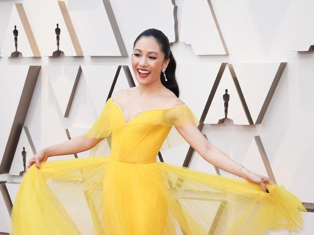 Terungkap Makna Spesial di Balik Gaun Oscars Bintang Crazy Rich Asian Ini