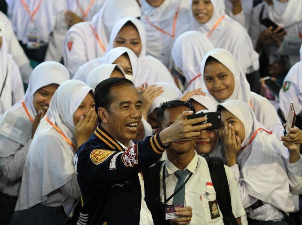 Jokowi Wefie Bareng Pelajar Usai Bagikan KIP di Gorontalo