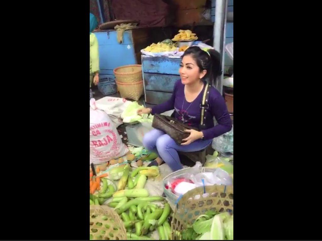 Setuju Nggak? Penjual Sayur Cantik Ini Dibilang Mirip Syahrini