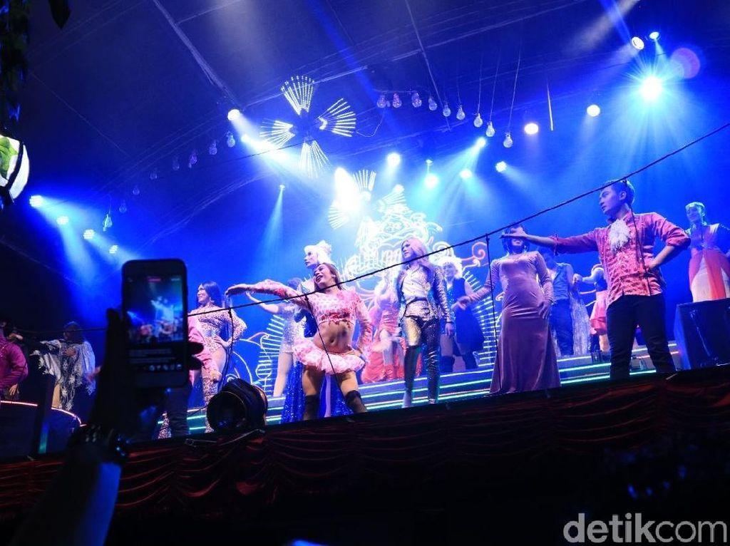 Dihibur Lenggak-lenggok Ladyboy di Yogyakarta