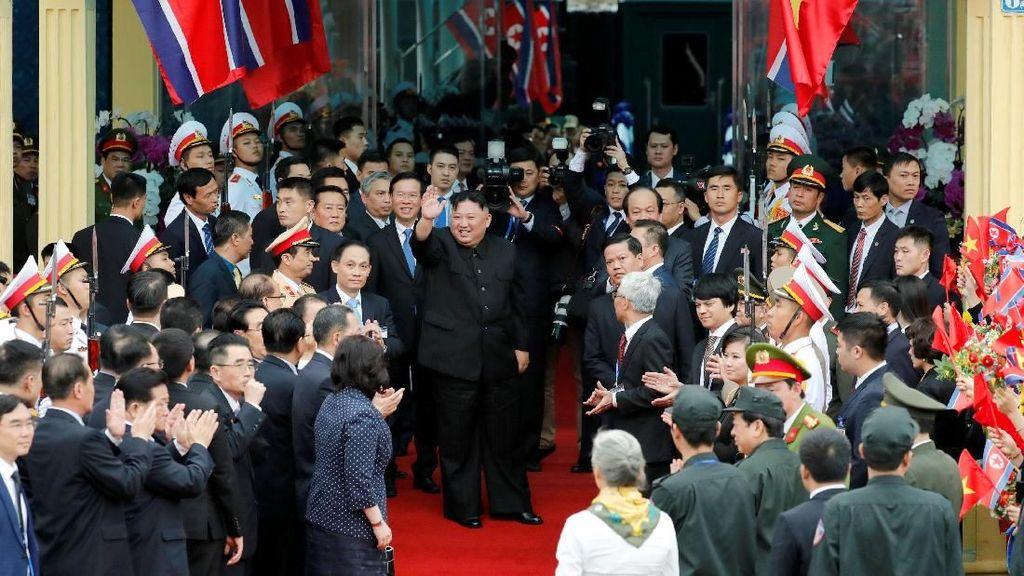 Ratusan Warga Vietnam Antar Kepulang Kim Jong Un ke Korut