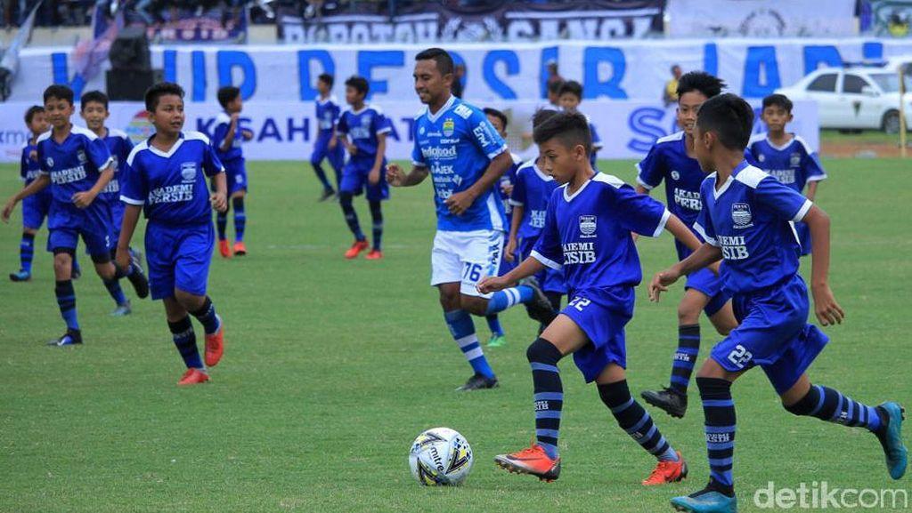 Aksi Pesepakbola Cilik Keroyok Pemain Senior di Kickoff Piala Presiden