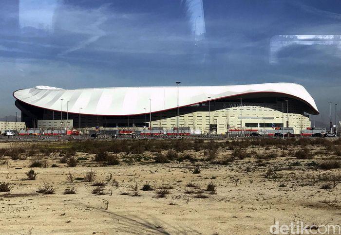 Sebuah bangunan bak piring terbang raksasa mendarat di pinggiran Madrid. Lama tak bertuan, stadion itu, Wanda Metropolitano, kini menjadi markas baru Atletico Madrid.
