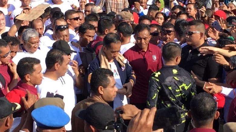 Tangan Jokowi Luka Saat Jalan Santai di Kendari