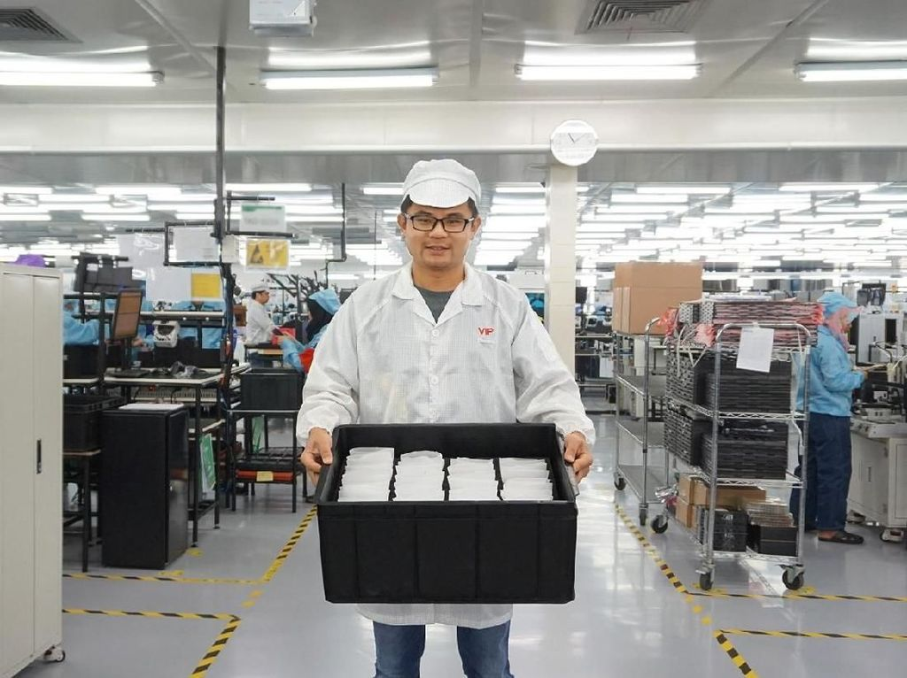 Aksi Bos Realme Blusukan ke Pabrik
