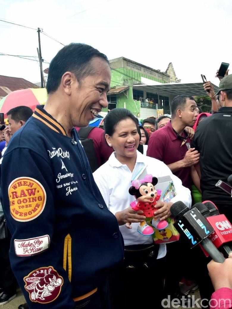 Oleh-oleh Jokowi untuk Jan Ethes dan Sedah Mirah dari Kendari